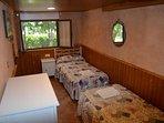 Planta baja. Habitación doble con decoración rústica de la casa rural Casa Salva
