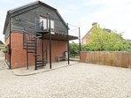 THE GRANARY, open-plan, south-facing balcony, countryside views, dog-friendly