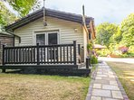 BADGER VIEW, detached lodge, romantic location, WiFi, private decking, nr Graves