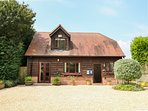 BELVIEW COTTAGE, WiFi, enclosed garden with furniture, electric stove, Ref 1357