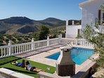 Impresionante piscina con barbacoa y zona de recreo asentada sobre un mirador único sobre los Olivos
