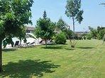 Giardino con altalene e campo da pallavolo / badminton