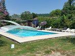 Piscina con solarium e bar a bordo piscina