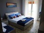camera da letto con 3 posti letto