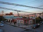 Vista del balcón hacia la esquina Buenos Aires e Independencia. Múltiples tiendas cerca.