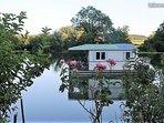 Cottage flottant jacuzzi privatif 2 terrasses près Dole