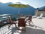 La grande terrazza solarium (60 m2) è un luogo dove è possibile rilassarsi e godersi il panorama.