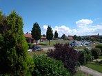 Vista del estacionamiento de la marisquería desde la casa