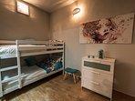 Segundo dormitorio con aseo en el interior