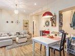Mesa de comedor entre la cocina y el salón