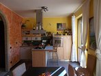 Cucina abitabile con l uso Delle stoviglie e utensili