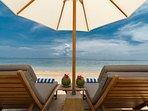 Villa Batujimbar - Sun loungers on the beach