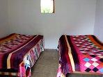 Esta es una de las habitaciones con dos camas.