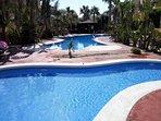 Una de las 2 piscinas gemelas del recinto, ambas con piscina infantil