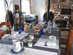 Le petit-déjeuner servi dans de la porcelaine de bayeux au bleu barbeau