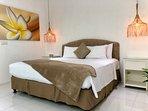 (1) La camera da letto della suite con cabina armadio, cortile privato e bagno all'aperto