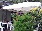 Además, tiene un comedor al aire libre para disfrutar de comidas saludables y de origen orgánico.