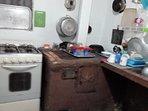 La cocina tiene estufa de carbón, estufa a gas y eléctrica.