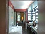 la salle de bains, vue depuis la chambre