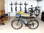 Dejamos las bicicletas perfectamente colgadas en la pared