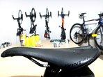 Imagen de bicicletas colgadas en la pared