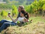 Saboreando una copa del prestigioso vino del Penedés