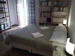 La camera da letto matrimoniale con affaccio sulla terrazza