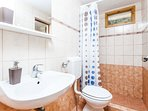 H(6): bathroom with toilet