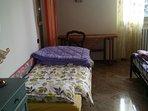 terza camera (un matrimoniale e un singolo, possibilità aggiunta divano letto). Con balcone.