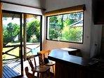 Bungalow 3 ambientes - Base 5 personas (hta 7 huespedes): Barra desayunadora con vista al parque