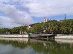 Sill che cammina lungo il fiume Saone. Puoi ammirare la Basilica di Fourvière in cima alla collina.