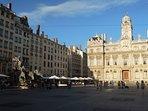 Hotel de Ville Louis Pradel e Place des Terreaux. Bere qualcosa in uno dei caffè.