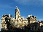 Ammira lo splendido Hotel de Ville Louis Pradel e la Fontana Bartholdi.