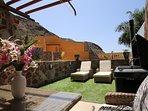 Terraza con tumbonas, sillones, barbacoa de gas,  ducha solar y Toldo