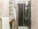 1° bathroom with shower
