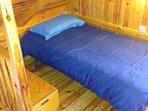 Cama de pequeña del dormitorio de arriba .
