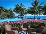 Le bar, la superbe piscine à débordement, la plage et l'Océan Pacifique