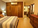 Camera da letto principale dispone di letto king size, ampi armadi, cassetti, aria condizionata e accesso al bagno.