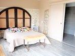 Chambre coté terrasse lit de 160 cm + 2 lits simples gigognes pour les enfants