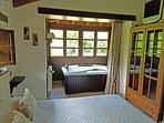 Dormitorio con jacuzzi doble, cama de 1,50