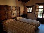 Dormitorio dos camas con baño.