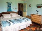 Dormitorio cama super king y sillón cama.