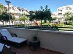 Rincón con tumbonas en la terraza