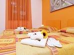 camera con 2/3 letti singoli o un letto matrimoniale e un lettino, con condizionatore