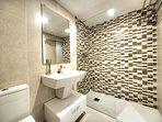 Baño completo con toallas incluidas y amenities