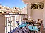 Balcon - terraza con vistas a la piscina