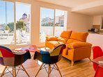 Salon de estar con acceso directo a terraza y vistas al mar