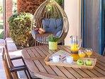 Goditi la colazione nella veranda ombreggiata