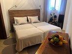 Schlafzimmer 2 mit 2 Einzelbetten und direktem Zugang zum Bad