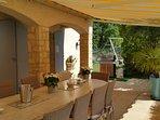 a l'extrémité de l'espace repas extérieur, un grand barbecue Weber attend vos grillades ...